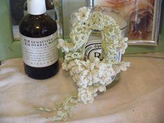 「草花リースシュシュ*b(花飾り) #46」花のコサージュのようなシュシュ。 咲いているようにしだれているところがポイントです。 同じシリーズのベースのシュシュとの重ねづけをして、コサージュやかごバックのチャームにもどうぞ… この作品のいきさつなどはブログで・・・http://mlhg22.exblog.jp/10967989/ *4/16資料に編み図とポイントUP(a&b共通)*415作り方1に訂正1本取りです* [材料]ベース・ホビーラホビーレ/花・ホビーラホビーレ/かぎ針/細めのゴム紐/パールやビーズ/ビーズ用針普通糸