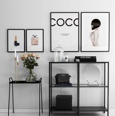 Fotocollage met fashionposters. Richt je huis in met kunst uit de modewereld Decor Interior Design, Modern Interior, Interior Decorating, Interior Paint, Room Interior, Modern Decor, Decorating Ideas, Home Decor Bedroom, Living Room Decor