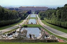 7. nap: Reggel indulás vissza észak felé. Útközben megálló Casertában, látogatás a Bourbon királyi palotába, és a palota kertjébe.