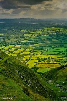 The many greens of Ireland . King's Mountain toward Sligo Irish Landscape, Ireland Landscape, Highlands, Memes Arte, Kings Mountain, Mountain Range, Ireland Travel, Galway Ireland, Cork Ireland