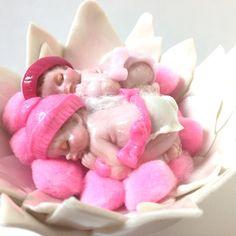 cadeaumagique - Handmade - Decoration bapteme - cake toppers - fleur blanc glitter fimo  - miniature jumelles polymère - pompon rose
