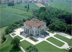 Villa Rotonda, architect Andrea Palladio. Venetië, Italië. Villa Rotonda is geplaatst bovenop een heuveltop te midden van een rijk landschap dat zorgt voor een prachtig gevarieerd uitzicht vanuit alle vier de gevels. symmetrische plattegrond met een as dat vanuit de villa doorloopt in het landschap.