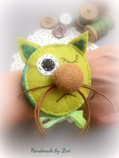 acerico de pulsera gato verde hecho de por elrinconcitodezivi