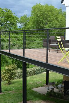 One of outdoor extensions we can build is deck. Find out the best DIY deck railing ideas you can build yourself so it should provide a lot of inspirations. Balcony Railing Design, Deck Railings, Patio Design, Balcony Deck, Railing Ideas, Balcony Garden, Wooden Terrace, Wooden Decks, Wooden Diy