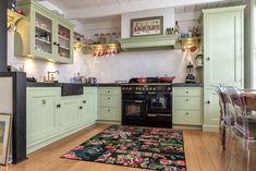 #keuken #landelijkwonen #keukeninspiratie #keukenideeen #nostalgisch #mertenskeukenambacht #handgemaakt #voorbeelden #keukenopmaat Kitchen Dining, Kitchen Cabinets, Camper, Home And Garden, Mountain, Mini, Design, Home Decor, Caravan