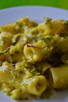 la pasta zucchine e zafferano si fa in pochissimi minuti, ma è una di quelle cose da tutti i giorni un po' viziose e fighette