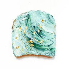De la beauté à nos assiettes, il n'y a qu'un pas ! Après le succès foudroyant des 'Mermaid Hair', c'est avec une recette craquante pour le petit-déjeuner qu'on retrouve cette tendance. Déjà un incontournable sur Instagram, le Mermaid Toast serait presque trop beau pour être mangé ! focus: fromage frais, algues, paillettes, vert
