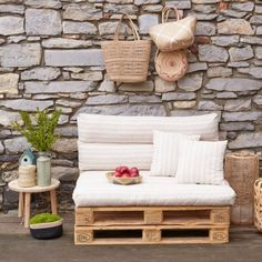 Canapé en palette Make your sofa in pallet for your garden living room this summer. Palette Couch, Banquette Palette, Rustic Design, Rustic Decor, Diy Storage Under Bed, Pallet Furniture Designs, Garden Deco, Pallet Sofa, Outdoor Furniture Sets
