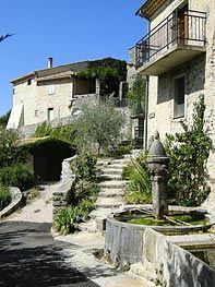 Maison de village et fontaine à Cornillac en Drome Provençale