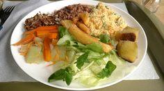 Fora de casa: arroz integral, feijão carioca, farofa, batata doce, mandioca, alface, agrião, chuchu, cenoura e broto de feijão. Ufa!!!!