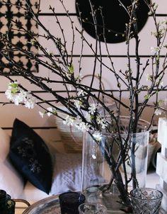 Kirsikkapuun oksat Tine K homen korkeassa lasivaasissa Glass Vase, Home Decor, Decoration Home, Room Decor, Home Interior Design, Home Decoration, Interior Design