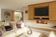 meuble télé suspendu à portes coulissantes et cheminée bio éthanol