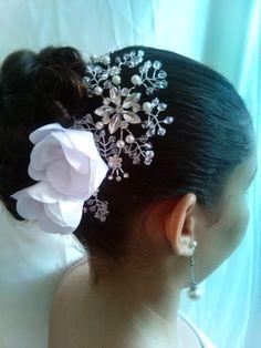 Acessório de cabelo de strass e flores