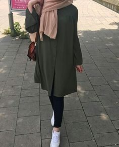 179 meilleurs styles hijab avec jeans pour un dressing chic - page 8 Modern Hijab Fashion, Hijab Fashion Inspiration, Islamic Fashion, Muslim Fashion, Modest Fashion, Trendy Fashion, Fashion Trends, Casual Hijab Outfit, Hijab Chic