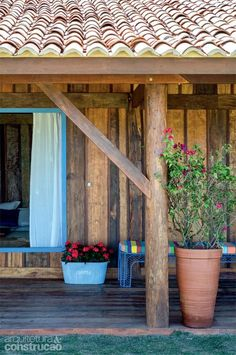 Chalé de madeira de demolição tem vista arrebatadora da serra - Na varanda, os pilares são troncos redondos, rústicos, de 25 cm de diâmetro e espaçados a cada 5 m (execução de Alcinei Cordeiro).