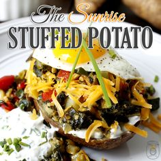 Looking for a perfect weekend meal. A great way to start the day as a breakfast or a brunch and great for dinner! The answer: Sunrise Stuffed Baked Potatoes Breakfast Quiche, Breakfast Potatoes, Vegan Vegetarian, Vegetarian Recipes, Lunches And Dinners, Meals, Stuffed Baked Potatoes, Vegetable Salad, So Little Time
