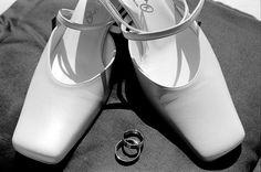 #Brautschuhe & #Trauringe  #Ringe #Schuhe #Hochzeit #Accessoires #Details #wedding #Hochzeitsfotograf #schwarzweiss