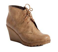 Rennot ja sirot kiilakorkonilkkurit kevääseen! Aivan mahtavat jalassa, tukevat ja pehmeät. Pitävä pohja mahdollistaa kenkien käytön myös talven leudoimmilla ilmoilla. Edssä nyöritys, jolla voit säätää kengät omaan jalkaan sopivaksi. Käyttövetoketju nopeuttaa kuitenkin pukemista. Näistä tuli myös Kipkopin tytt&o...