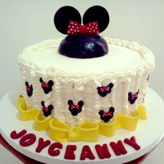 Bolo com tema MINNIE #cake #Minnie #yellow #red #black #white #frosting