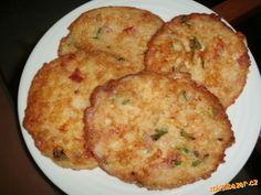 Do rozšlehaných vajec vmícháme uvařenou rýži, nadrobno nasekanou šunku, sýr, přidáme pepř a posekano...