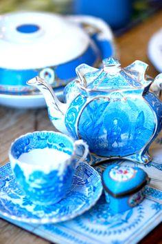 Beautiful Blue and white tea set! Teapots Unique, Teapots And Cups, Tea Art, My Cup Of Tea, Tea Service, Chocolate Pots, Coffee Set, Vintage Tea, High Tea