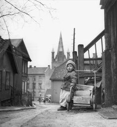 A boy in Oslo (Enerhaugen) 1955 Oslo, Building Front, School Photos, Norway, Old School, Street View, Superhero, Black And White, History