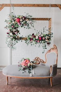 Beautiful idea for a photo station. Like a rustic or gilded frame with patina, augmented with flowers and leaves #diy_garden_lounge