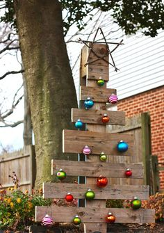 Branch-starred Pallet Christmas Tree: Christmas trees can be expensive and wasteful. Instead, why not make your own Branch-Starred Pallet Christmas Tree that can be Pallet Wood Christmas Tree, Creative Christmas Trees, Diy Christmas Tree, Outdoor Christmas, Christmas Projects, Simple Christmas, Christmas Tree Decorations, Holiday Crafts, Christmas Holidays