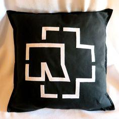 Fodera 100% cotone con zip e decorazione in pannolenci che riproduce il logo del gruppo industrial metal Rammstein. Dimensioni: 50 cm x 50 cm ***