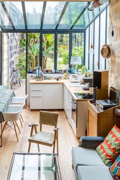 Bringing the outside in with this green modern and cosy kitchen. Cosy Kitchen, Kitchen Lamps, Kitchen Interior, Kitchen Decor, Design Kitchen, Design Room, Interior Design, Conservatory Kitchen, Veranda Design