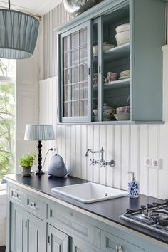 Kitchen oval room blue Farrow&Ball (styling Petra Postmus, photography Denise Keus) www. Duck Egg Blue Kitchen Cabinets, Blue Cabinets, Kitchen Interior, New Kitchen, Kitchen Ideas, Layout Design, Light Green Kitchen, Oval Room Blue, Kitchen Paint Colors