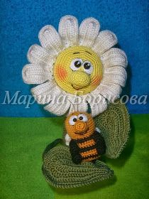Crochet daisy and bee Crochet Daisy, Knit Or Crochet, Crochet Gifts, Crochet Dolls, Crochet Flowers, Margarita Crochet, Yarn Crafts, Diy And Crafts, Sewing Equipment