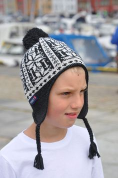 Cute and cosy, the Ulriken Hat has a soft fleece lining, so no itching. Knitted in 100% wool, it is warm and breathes as only a natural fibre can. Looks equally good on boys and girls. Machine washable. Made in Norway #Norway #Bergen #wool #ull #norskdesign #knitted #knit #madeinnorway #SusanFosse #strikk #strikke #Ulriken #hat #knittedhat #strikkelue #lue #barnestrikk #barn #children