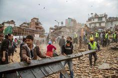 生存者を捜すため、地震で倒壊した建物のがれきを撤去する人たち=25日、カトマンズ(ゲッティ=共同) ▼26Apr2015共同通信|ネパール地震、1100人超死亡 M7・8、近隣国でも被害 http://www.47news.jp/CN/201504/CN2015042501001453.html