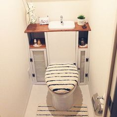 Sink above the toilet for small spaces Diy Bathroom, Interior, Diy Furniture, Small Toilet Room, Diy Design, Home Decor, Diy Furniture Projects, Home Diy, Bathroom Decor