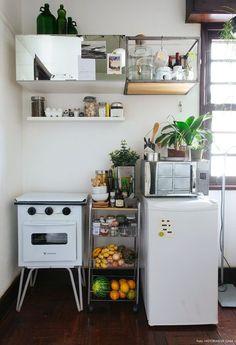 A cozinha se divide em duas a cozinha se divide em duas partes: a área do fogão e do frigobar, dentro da sala, e uma área separada com a pia e uma bancada mini.