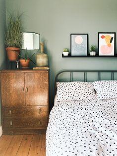 Bedroom Green, Room Ideas Bedroom, Home Bedroom, Modern Bedroom, Master Bedroom, Earthy Bedroom, Green Bedroom Design, Green Bedrooms, Green Bedding