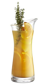 """""""iDrive""""  Ingredienser:  2/3 ufiltreret æblemost 1/3 appelsinjuice 4 tsk. Vaniljesukker Masser af friske timiankviste 2 æbler i både 2 appelsiner i skiver Fremgangsmåde:  Citronerne skæres i både og lægges i et glas sammen med honning og basilikum. Blandingen mases let sammen med en gaffel. Kom isterninger i og tilsæt 2 dele ufiltreret æblejuice og 1 del danskvand. Pynt med en kvist basilikum."""