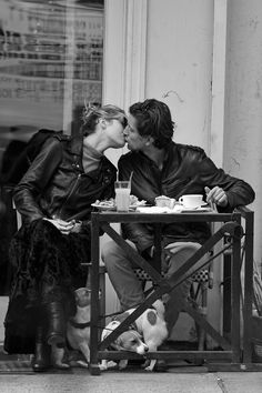 Candice Swanepoel Photos - Candice Swanepoel seen eating with boyfriend Hermann Nicoli in the West Village in New York City. - Candice Swanepoel Gets Lunch With Her Boyfriend Romantic Photos, Romantic Love, Romantic Kisses, Romantic Paris, William Shakespeare, Love Is All, True Love, Tuileries Paris, Coffee Photography