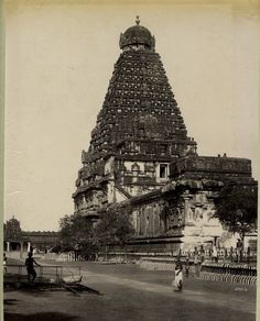 Thanjavur Big Temple alteast 100 years before Indian Temple Architecture, India Architecture, Ancient Architecture, Temple India, Hindu Temple, India Independence, Vietnam, Tanjore Painting, Vintage India