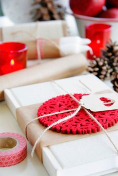 Kraft paper + red felt coaster. -> great idea for all the crochet coaster/motifs yarn lovers have made 😀