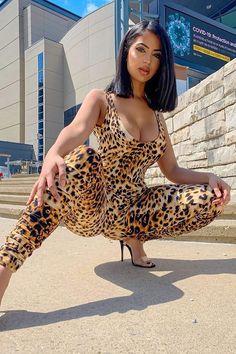 Curvy Women Fashion, Girl Fashion, Jeans Fashion, Leggings Fashion, Pantalon Vinyl, Mädchen In Leggings, White Leggings, Sexy Outfits, Girl Outfits