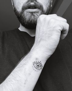 40 Glückssymbole Tattoos für ein positives Leben Our luck keeps missing, if so, do not be fooled. In these times, you always need a reminder to stay positive, while … Mens Face Tattoos, Tattoos For Guys, Evil Eye Tattoos, Eye Tattoo Meaning, Tattoos With Meaning, Eye Meaning, Symbol Tattoos, Tatoos, Eye Tattoo On Arm