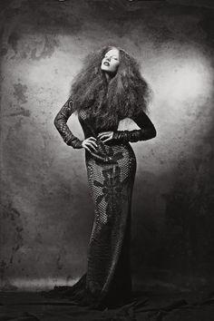 """Halloween meni jo, mutta trashionista pitää edelleen punatukkaista naisista noitamaisissa mekoissa. Nadi Hammouda kuvasi taianomaisessa fiiliksissä Mariela Sarkiman näytökseen valmistamiani vaatteita. Mukana oli myös viime sunnuntain Hesarissa nähty Monokini. """"Burn the Witch"""" Kuvat: Nadi Hammouda Malli: Hannele V. @ Fondi Models Meikki & Tukka / tyyli: Anne Flink Vaatteet: Outi Les Pyy / OutsaPop Trashion …"""