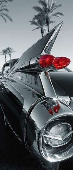Fotomural Puerta Wizard Genius Classic Car 551, con imagen de un coche clásico en blanco y negro y con el foco trasero en color rojo.