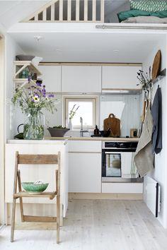 Alkovkök under loft i Attefallshus från Sommarnöjen. #fritidshus #sommarhus #attefallshus #interiör #skandinaviskdesign #naturmaterial #snickeri #skandinaviskahem #skandinavisk #arkitektur #kök #alkovkök #köksö #loft #öppnahyllor Unique Home Decor, Cheap Home Decor, Beautiful Small Homes, Cosy Home, Compact Living, Scandinavian Home, Decorating Small Spaces, Home Decor Kitchen, Decorating Kitchen