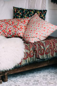 Your very own garden retreat on a shoestring budget Lately there's been a surge of interest in the garden shed. But not in it's traditional form. Sheds are being transformed into cosy spaces at the en. Shed Interior, Interior Design, Textiles, Bohemian Interior, Rustic Gardens, Blog Deco, Liberty Print, Design Furniture, Scandinavian Home