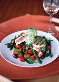 Hot tuna salad with basil dressing On a lovely pile of asparagus, olives and tomatoes Delicious seared tuna steak with gorgeous, colourfu. Tuna Steak Recipes, Fish Recipes, Seafood Recipes, Salad Recipes, Healthy Recipes, Diabetic Recipes, Fish Salad, Tuna Salad, Asparagus Salad