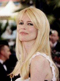 Claudia Schiffer: straight blonde with long, soft fringe Boho Hairstyles, Vintage Hairstyles, Straight Hairstyles, Bardot Fringe, Heart Shaped Face Hairstyles, White Blonde, Long Faces, Haircuts With Bangs, Unicorn Hair