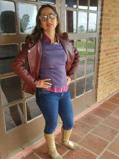 Skinny jeans + jaqueta de couro vinho + bota de salto